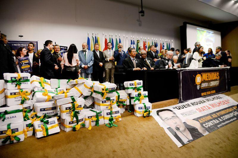 MPF entrega ao Congresso abaixo-assinado contra a corrupção em março deste ano / Wilson Dias/Agência Brasil