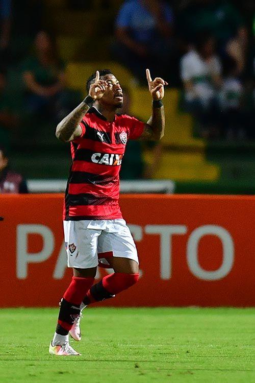 Vitória bate o Coritiba e praticamente se garante na Série A