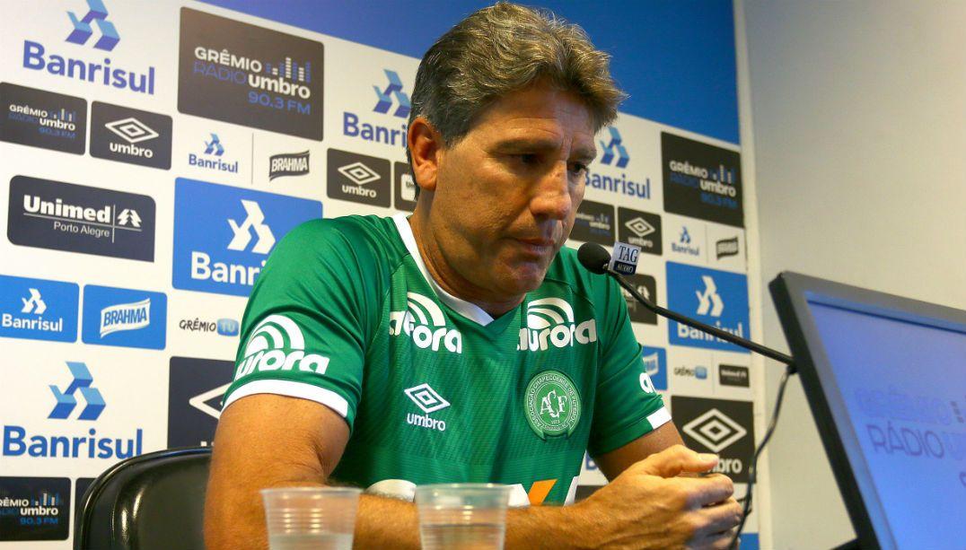 Renato Gaúcho se veste de Chapecoense e lamenta tragédia