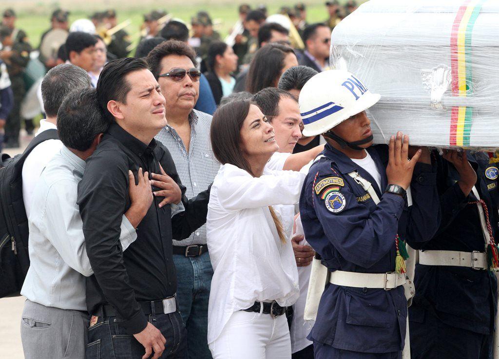 Corpos de tripulantes são recebidos com emoção na Bolívia