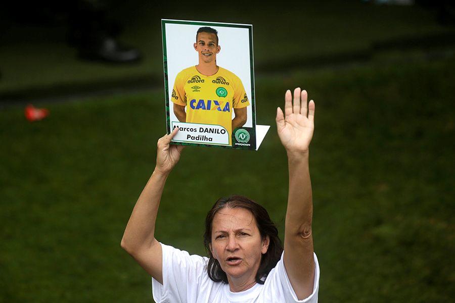 Mãe e mulher do goleiro Danilo emocionam e são homenageadas