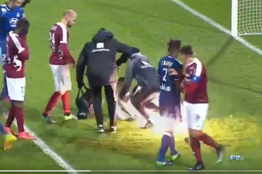 Goleiro do Lyon é atingido por rojão e partida é suspensa