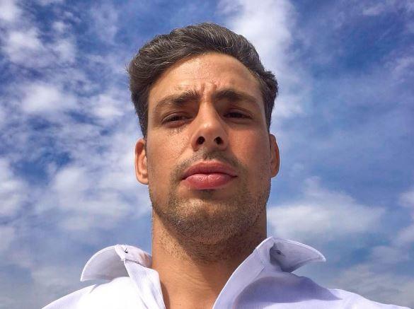 Cauã Reymond faz selfie no Chile e enlouquece fã