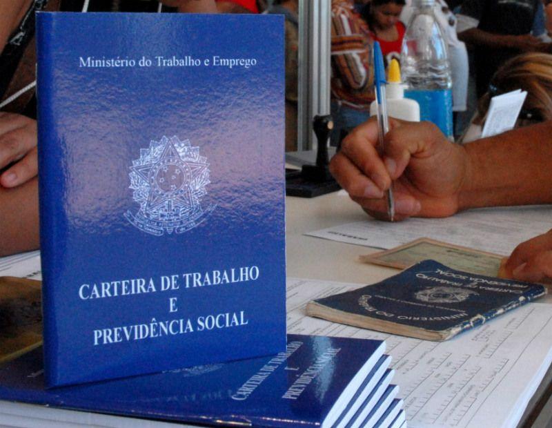 Foram gerados cerca de 35 mil novos empregos no último mês de fevereiro / Marcello Casal Jr/ABr