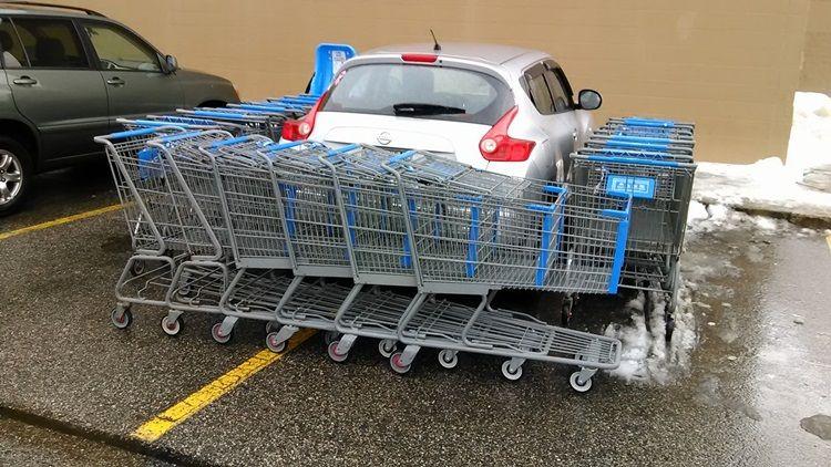 Motorista tem veículo rodeado por carrinhos de supercado