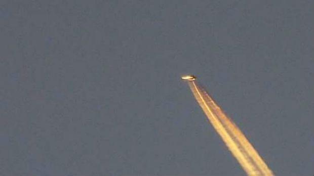 Objeto brilhante deixou um rastro no céu / Mark Emmins/Facebook