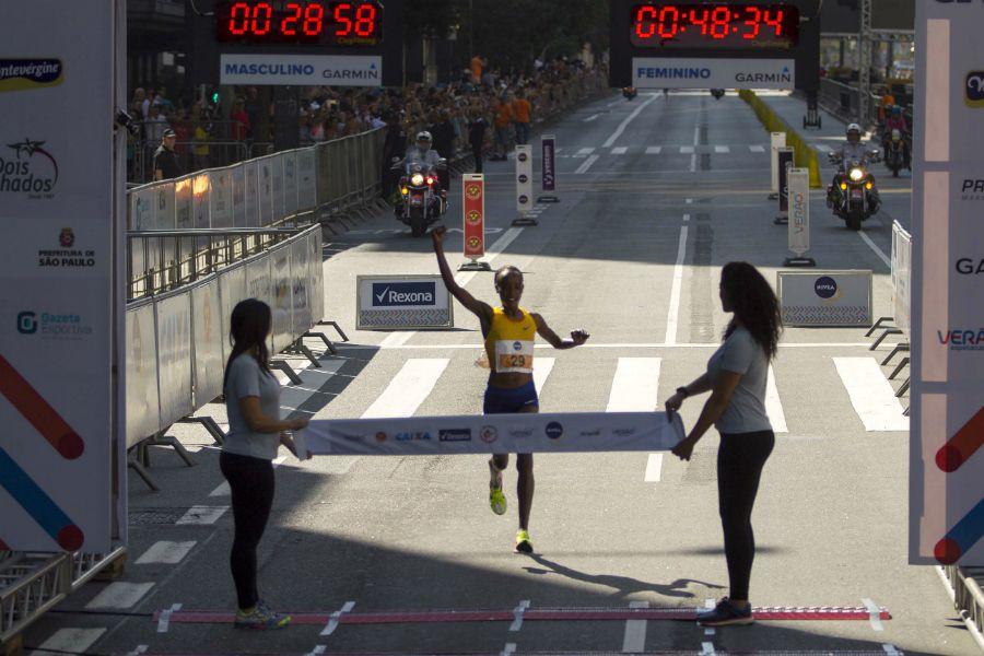 Campeã olímpica, queniana sobra e vence São Silvestre com recorde