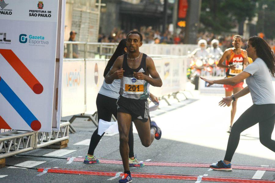 Com sprint no final, etíope Leul Aleme ganha a São Silvestre