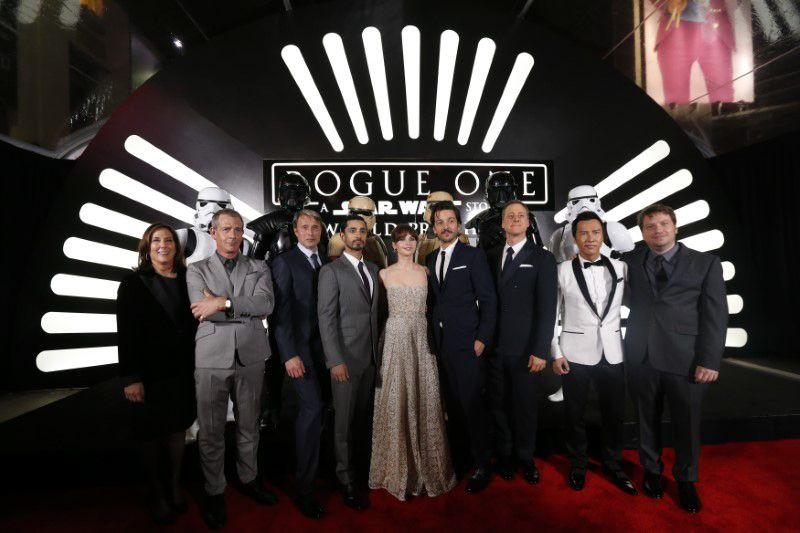 Elenco e equipe de Rogue One na estreia em Hollywood / Mario Anzuoni/Reuters