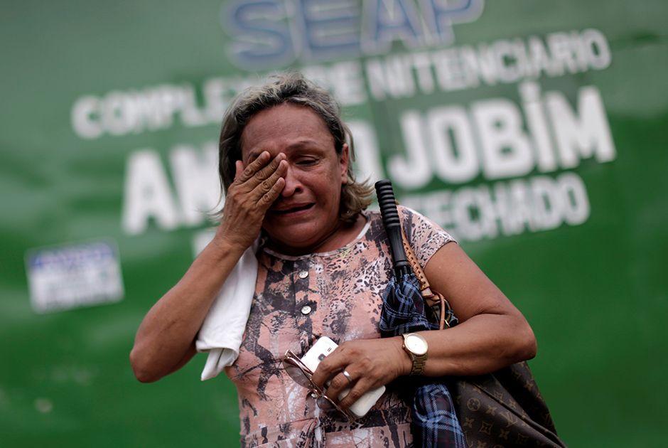 Parente de preso chora em frente ao Complexo Penitenciário Anísio Jobim / Ueslei Marcelino/Reuters
