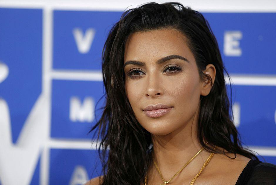 Kim Kardashian muda estilo após o assalto em Paris