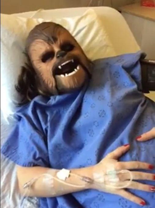 Americana usa máscara do Chewbacca em trabalho de parto