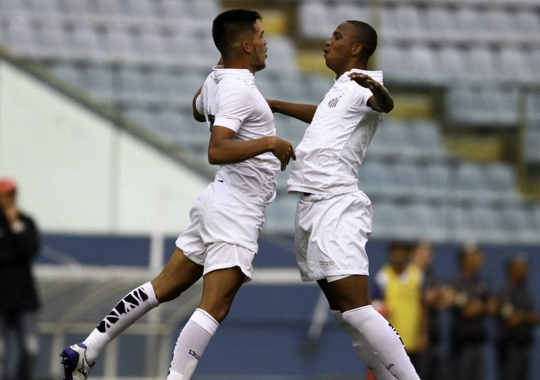 Renan Nascimento comemora seu gol com Gabriel Casanova / Ricardo Moreira/Estadão Conteúdo
