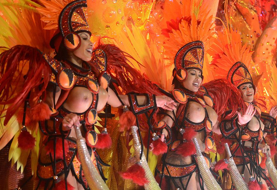 A Grande Rio foi a segunda escola a desfilar e também levou topless para a Sapucaí