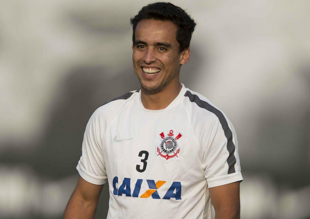 Corinthians pode acertar contratação de Jadson até quarta-feira
