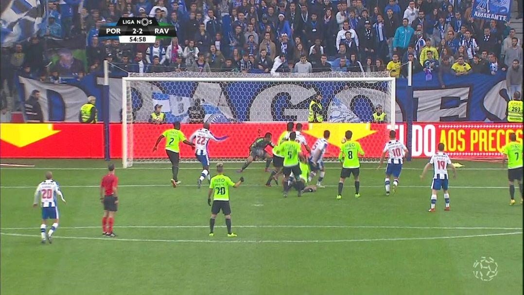 Com gol e assistências de brasileiros, Porto vence e encosta no líde