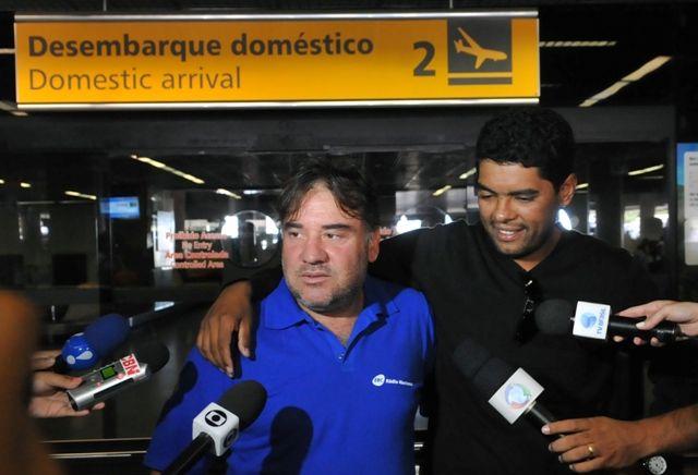 Corban Costa e seu cinegrafista chegam ao Brasil logo após ter sido detido no Egito