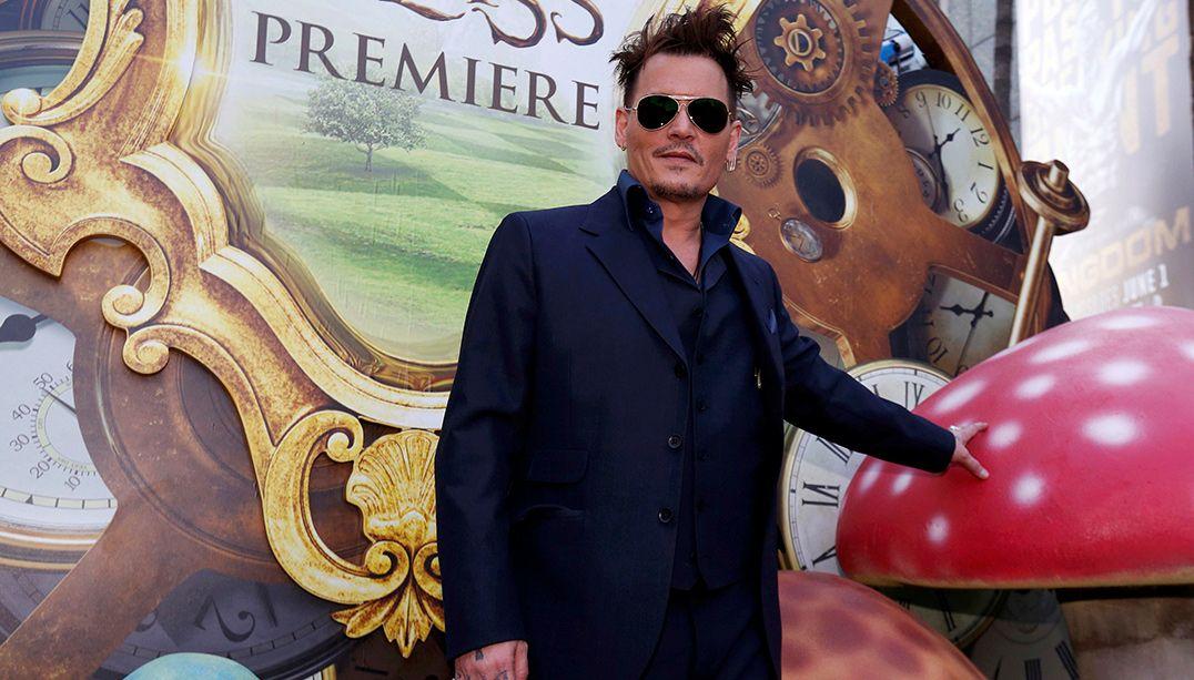 Johnny Depp aparece de surpresa em atração da Disneyland