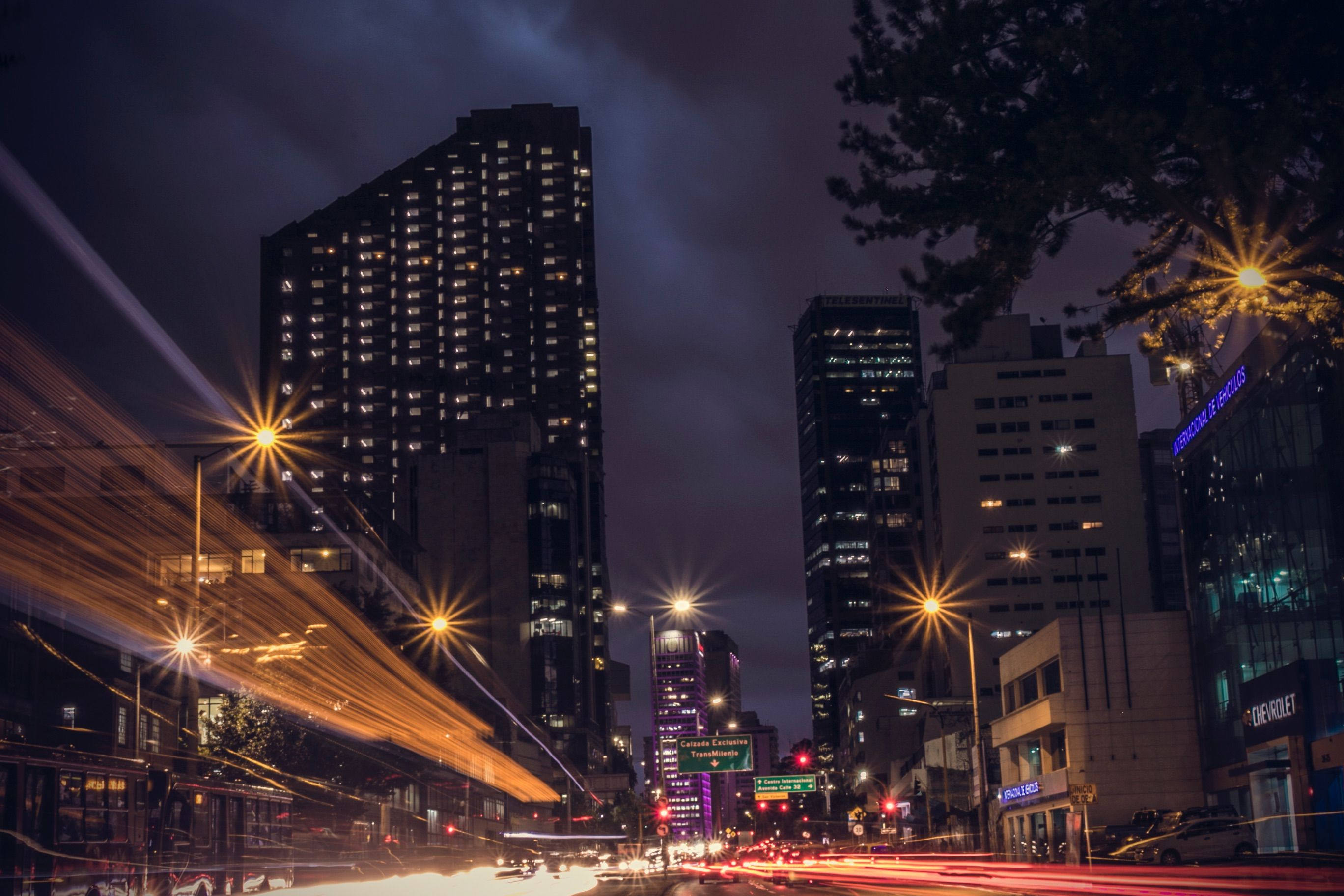 Bogotá, a capital colombiana, à noite: país é destaque nas recomendações do guia Lonely Planet / AltaGamba/Unsplash
