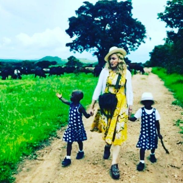 Após adoção, Madonna publica foto das filhas: Bênção
