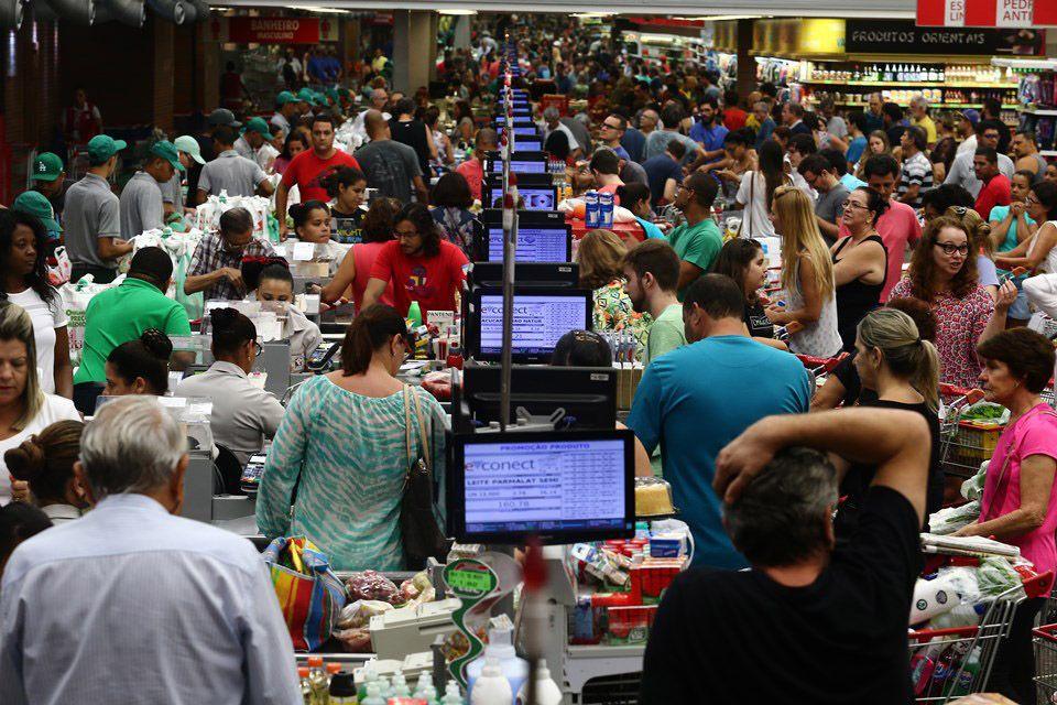 Consumidores lotaram supermercados para estocar alimentos / Wilton Júnior/Estadão Conteúdo