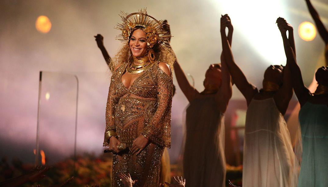 Beyoncé não leva prêmio principal, mas arrasa na moda no Grammy 2017