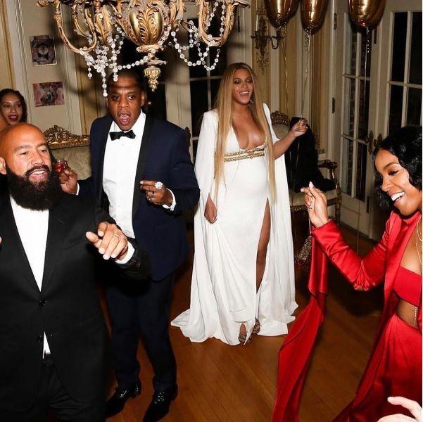 Sorridente, Beyoncé se diverte ao lado de Jay-Z