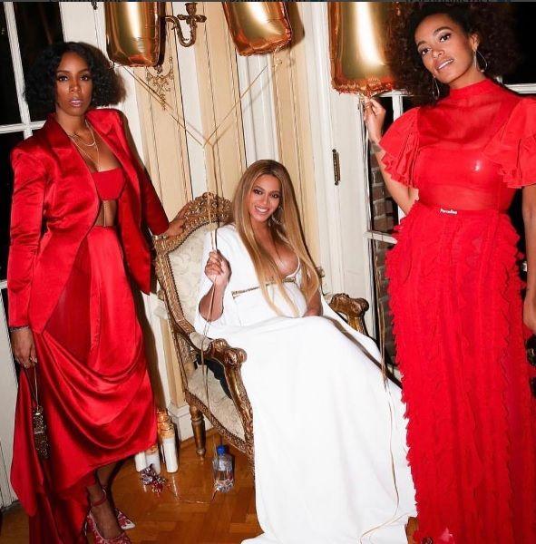 Grávida, Beyoncé posa ao lado da irmã Solange Knowles