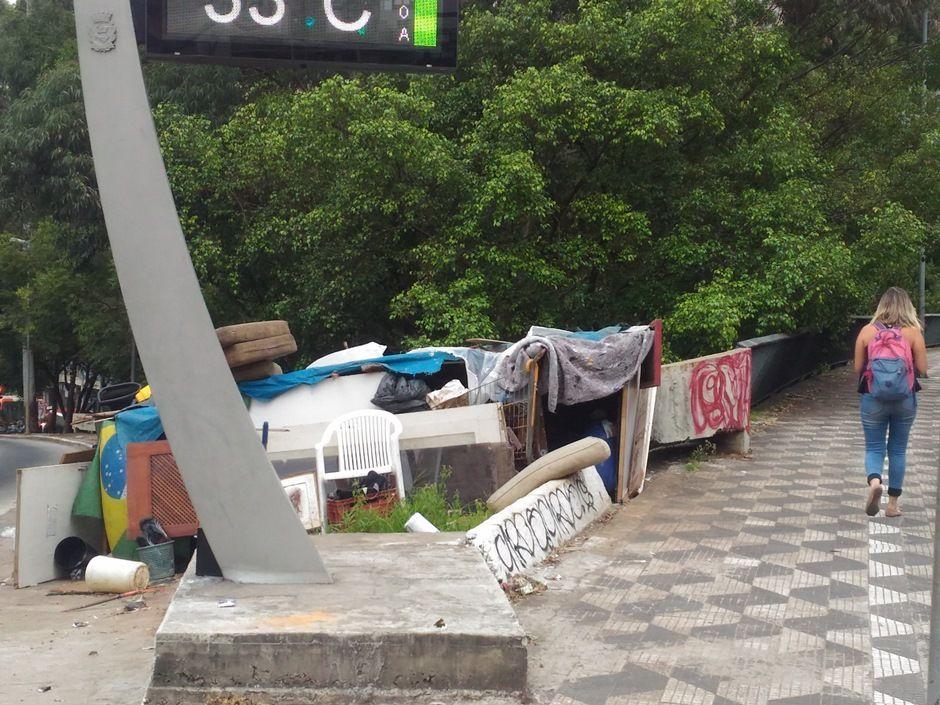Quem passa pelo local acusa os dependentes químicos que vivem na praça José Molina / BandNews FM