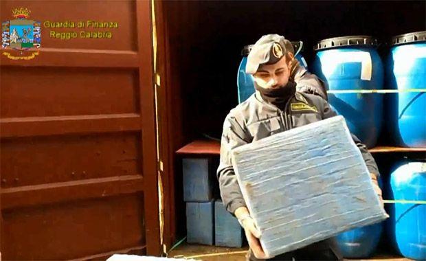 Cocaína seria desembarcada na Itália / Reprodução/YouTube/Guardia di Finanza
