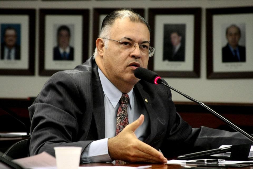 Deputado quer sustar resolução que proíbe tratar gays como doentes