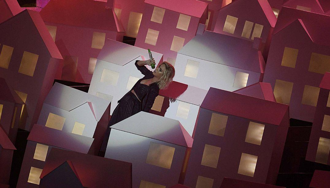 Dançarino de Katy Perry cai do palco durante Brit Awards