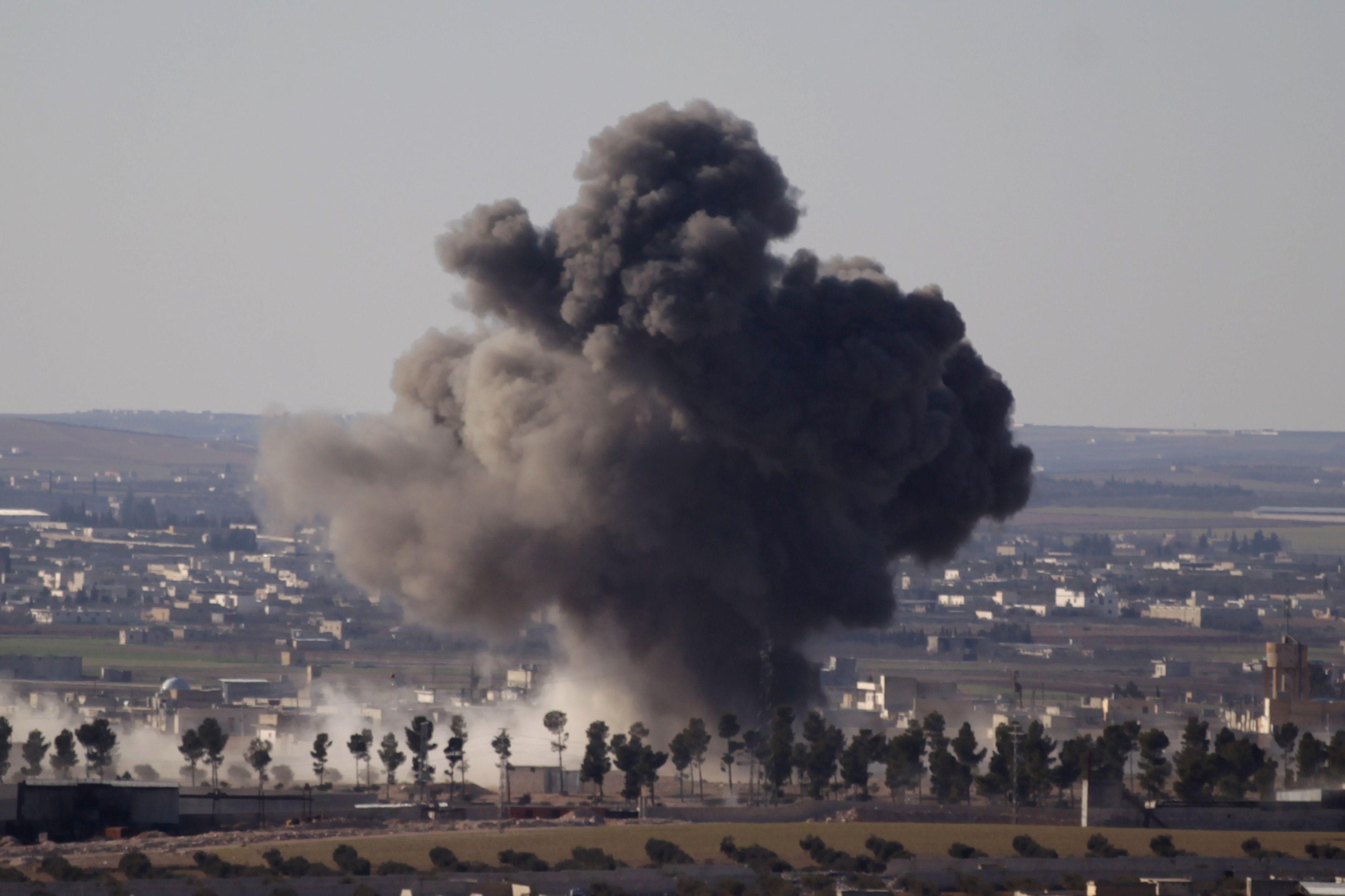Fumaça na cidade síria de al-Bab; muitas pessoas tiveram ferimentos graves / Khalil Ashawi/Reuters