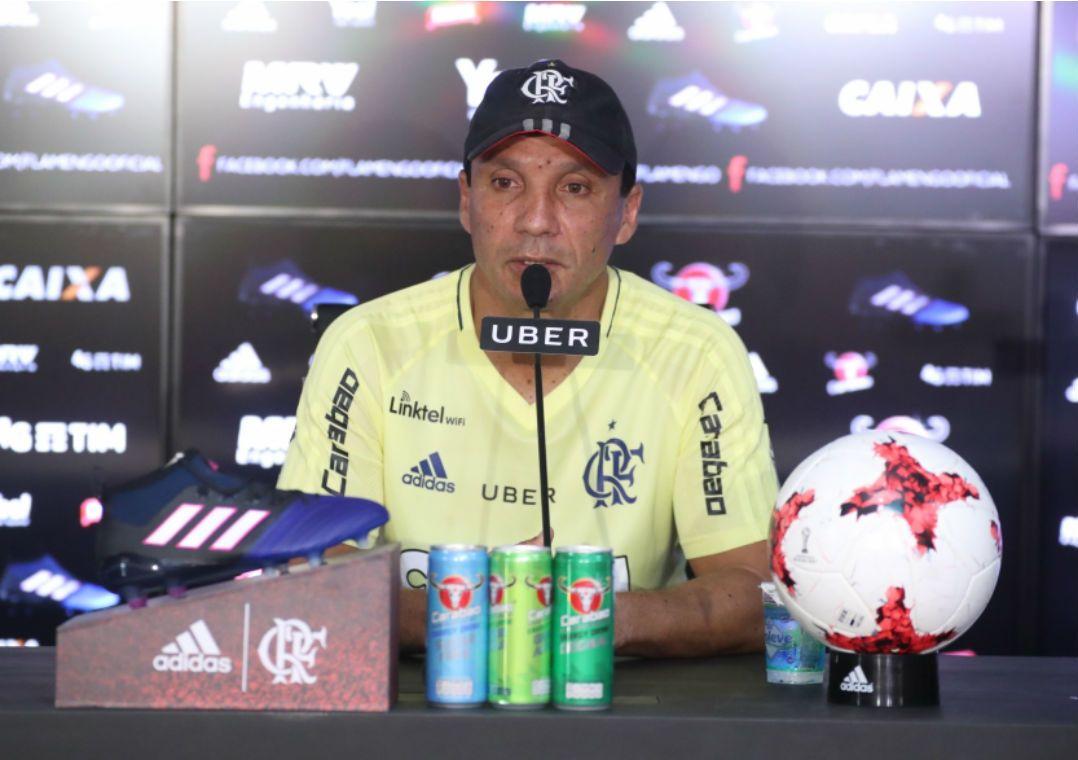 Zé Ricardo fecha treino do Flamengo