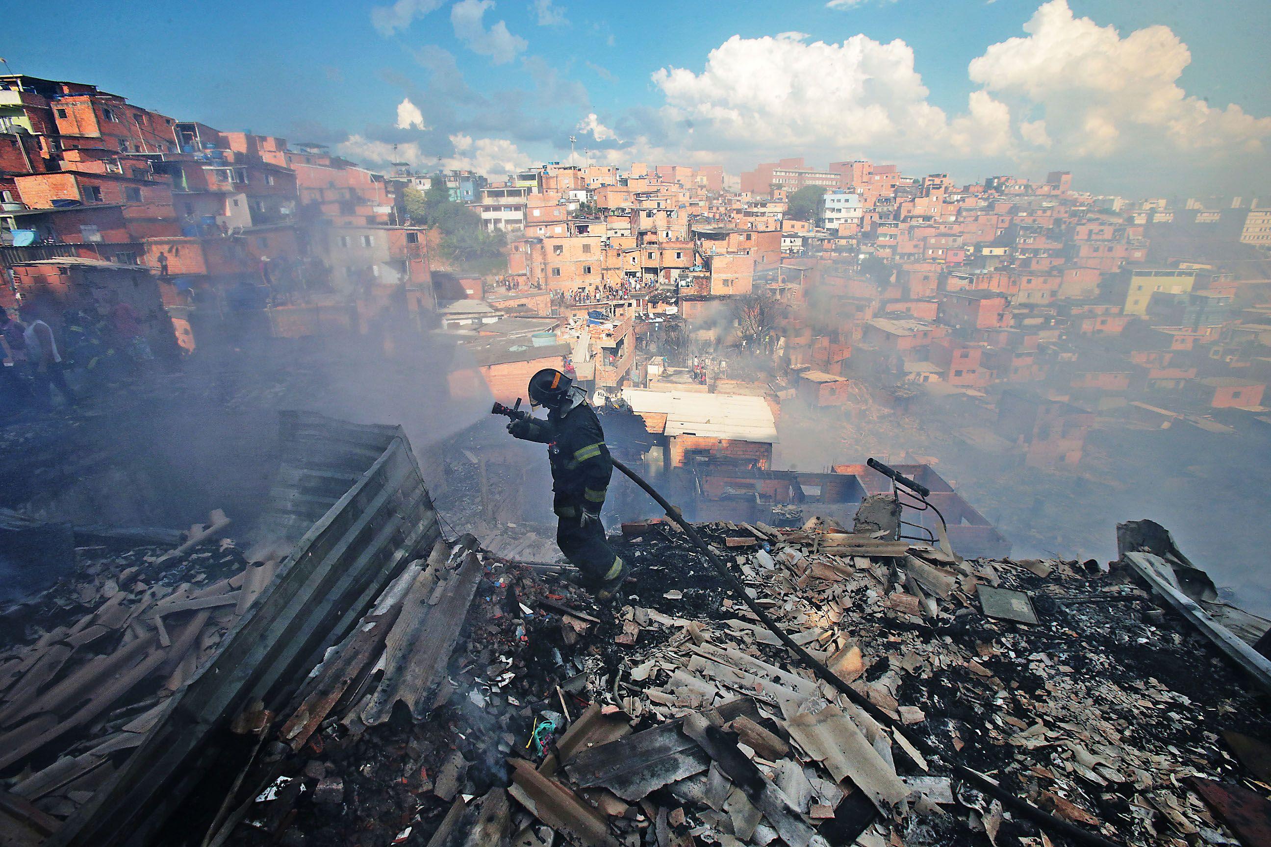 Incêndio de grandes proporções atinge favela de Paraisópolis