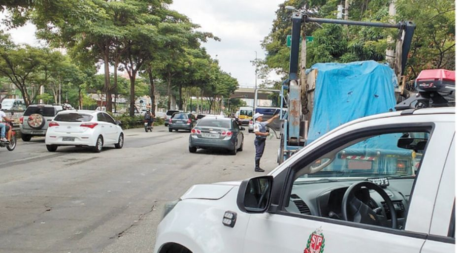 Caminhão com R$ 14 mi em multas é detido em São Paulo