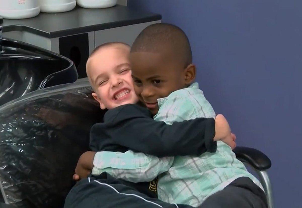 Criança corta cabelo igual ao do amigo para confundir a professora