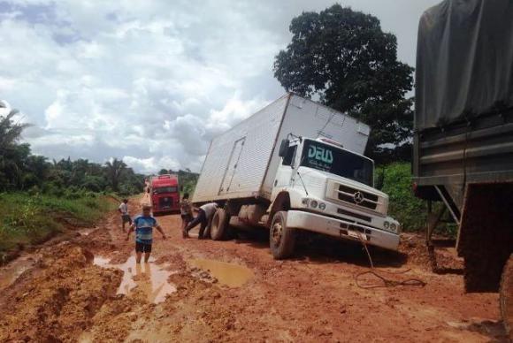 Tráfego na BR-163 é interrompido por chuva no Pará