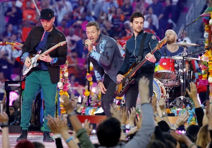 Fãs do Coldplay fazem fila para comprar ingressos