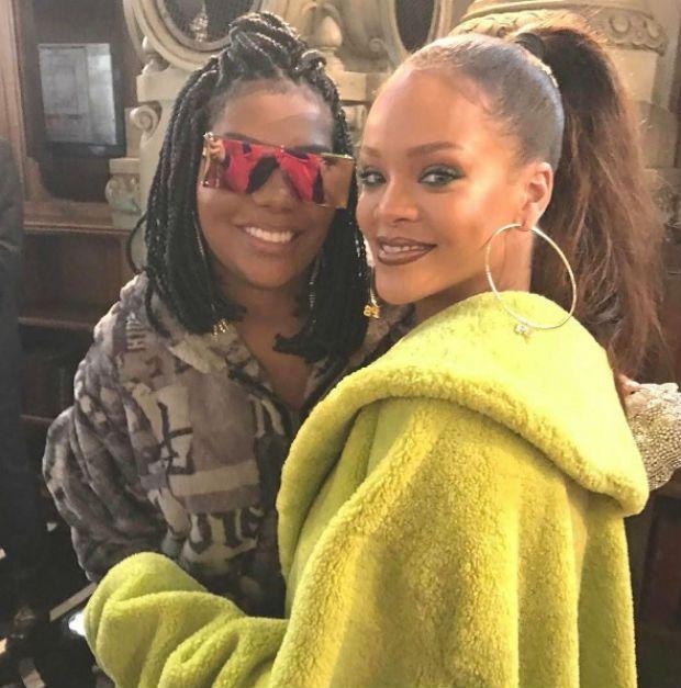 Sorridente, Ludmilla posa ao lado de Rihanna em Paris