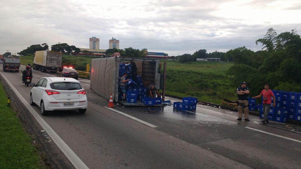 Devido ao tombamento, o trânsito no local chegou a nove quilômetros no sentido Rio de Janeiro / CCR NovaDutra