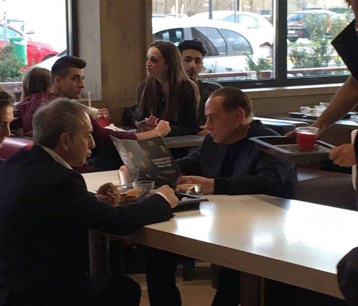 Foto de Berlusconi comendo em McDonald's viraliza na web