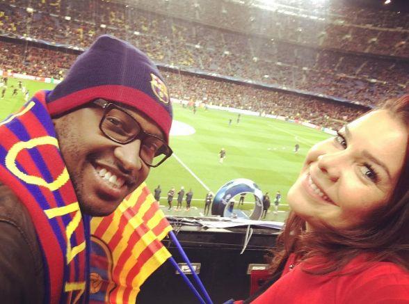 Thiaguinho e Fernanda Souza assistem ao jogo de Neymar