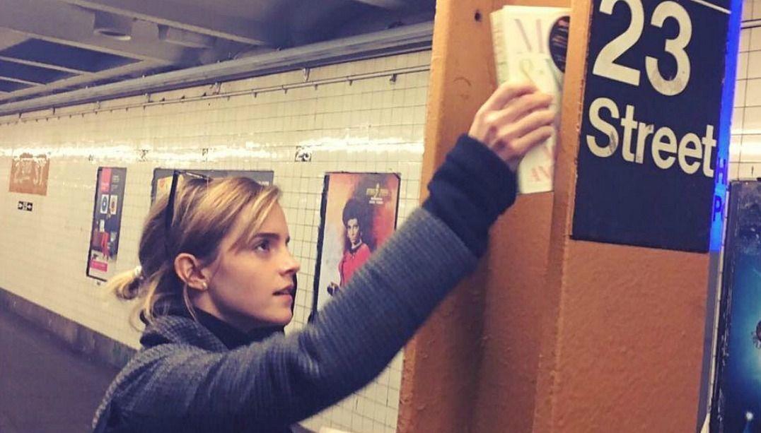 Emma Watson espalha livros feministas no Dia das Mulheres