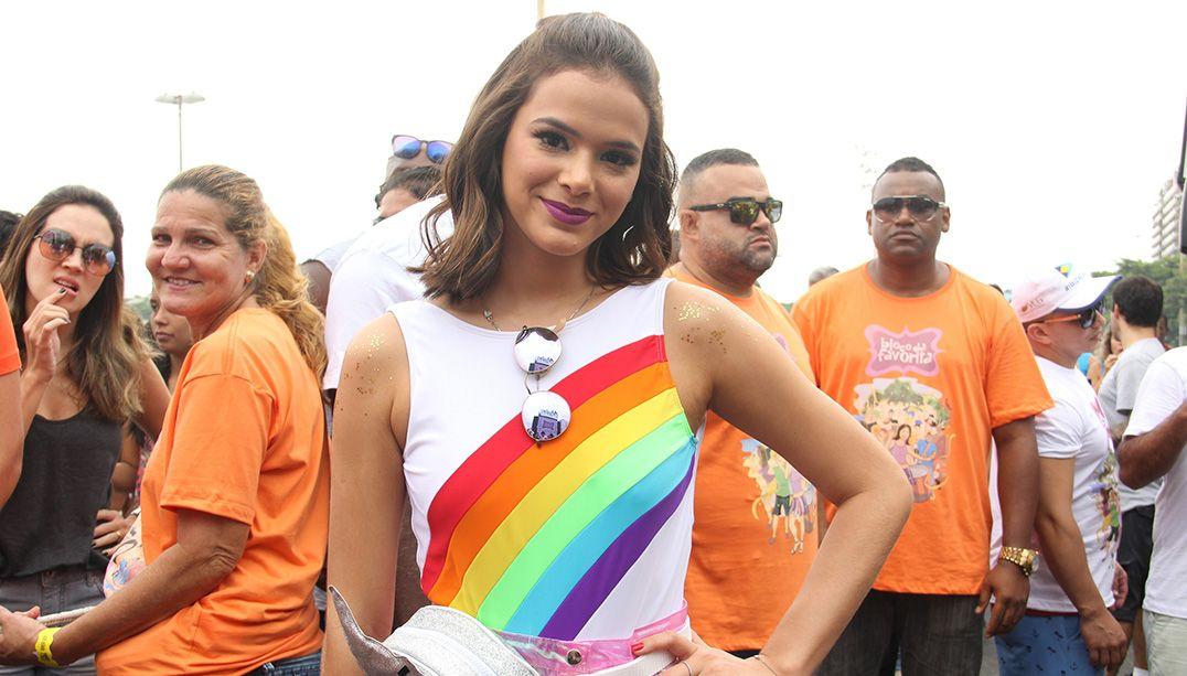 Bruna Marquezine durante bloco de Carnaval no Rio