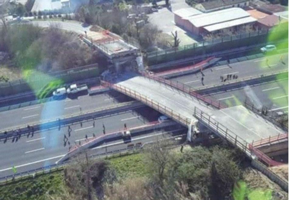 Tragédia: ponte desaba sobre carros na Itália