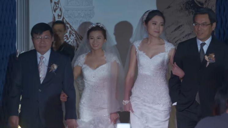 Noiva é levada ao altar pelo chefe após recusa do pai