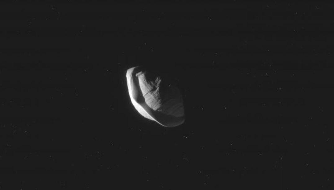 Ravióli ou óvni? Formato de lua de Saturno intriga