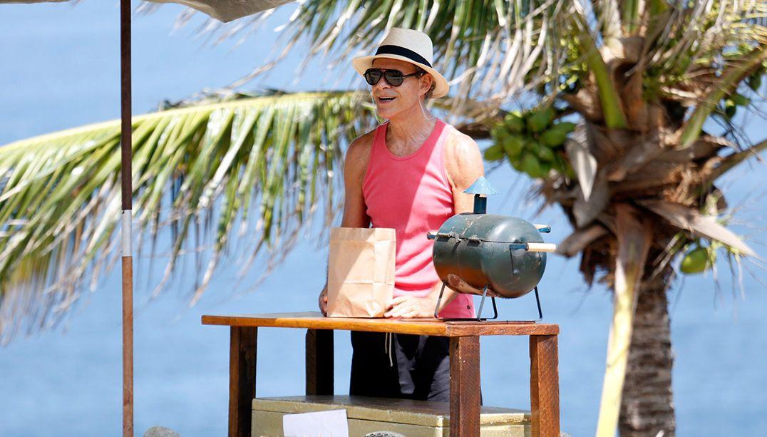 Mário Gomes volta a vender hambúrguer na praia