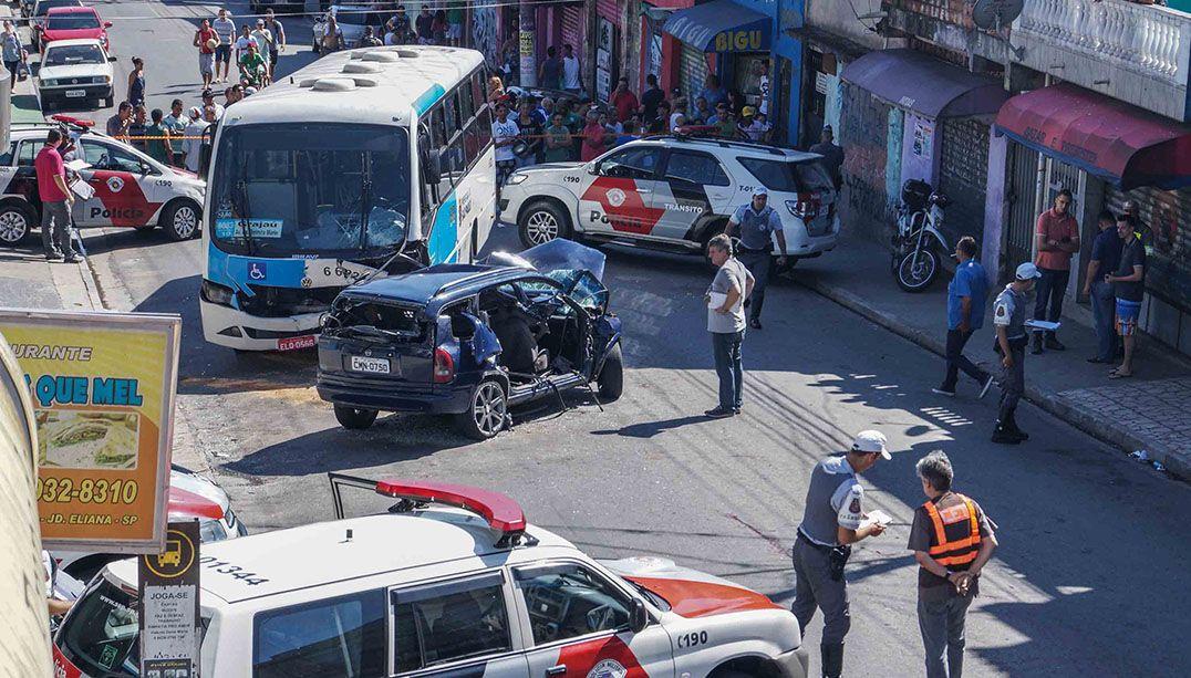 Colisão entre micro-ônibus e carro mata seis pessoas
